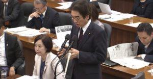自民上杉謙太郎議員と菊田真紀子議員は仲良く読み物に耽る